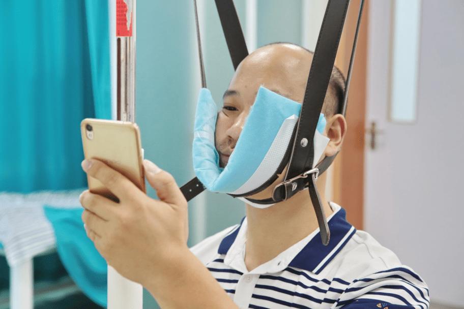 """长期玩手机""""脑脊液外漏"""",专家提醒:不要再做低头族!"""
