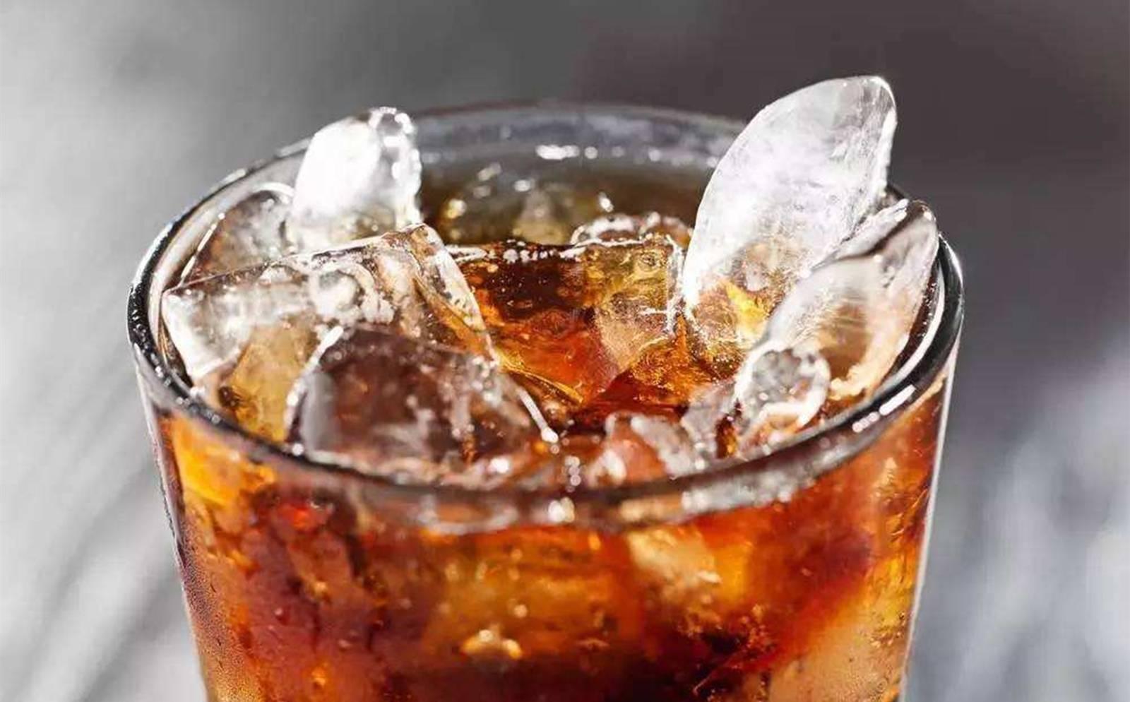 喝可乐到底有什么好处?少量饮用可乐的话,有促进肠胃消化的作用