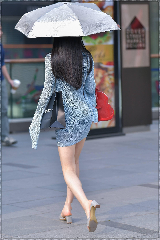 美女街拍:淡青色针织修身裙,安静淡雅,女神范十足