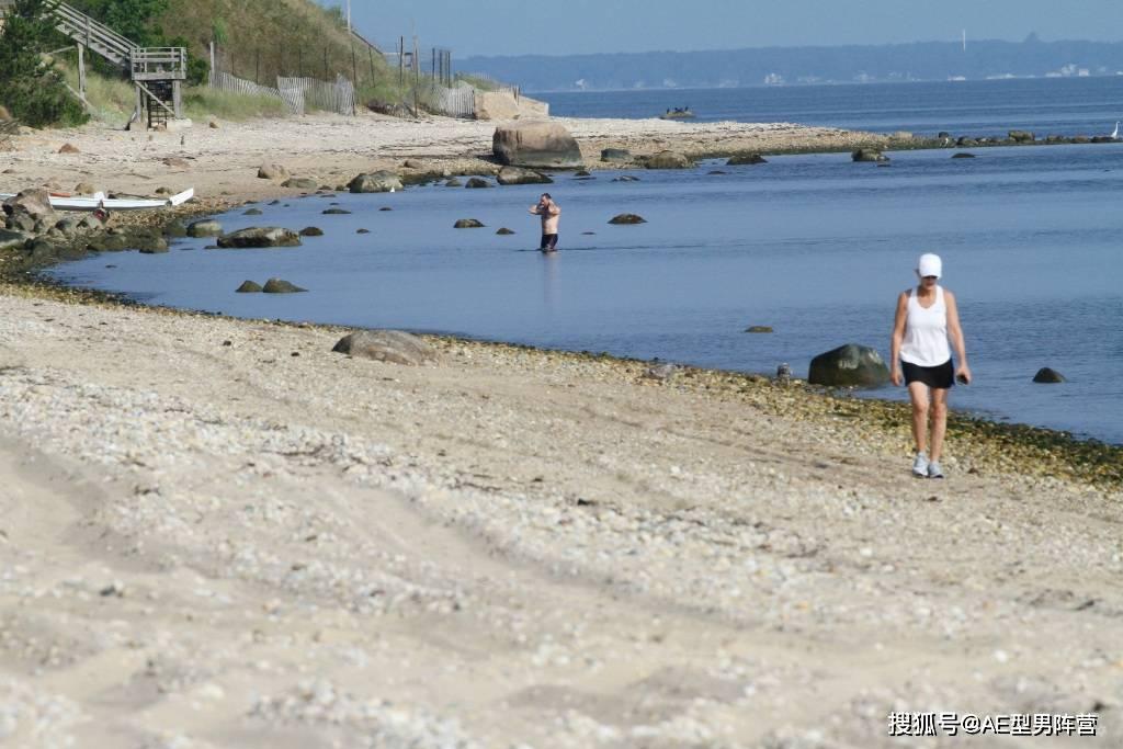 """52岁""""狼叔""""休·杰克曼海滩游泳!路人照片中,这腹肌轮廓太酷啦"""