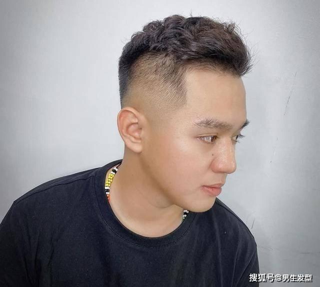 """男人35岁后适合留""""背头""""发型,很多人都不敢剪,其实特别帅气插图(1)"""