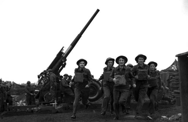 二战珍贵老照片,战争的残酷让无数女性开始拿起武器!