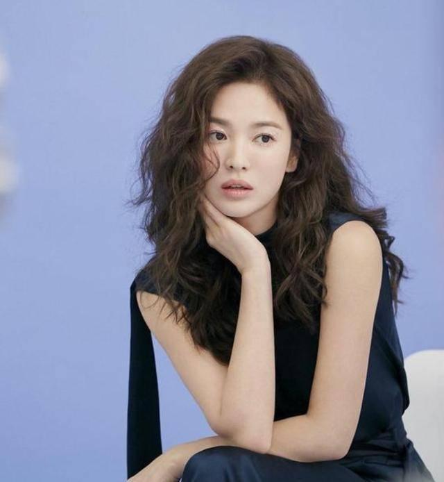 宋慧乔离婚后更嫩了,大波浪配连体裤又美又飒,哪敢相信她38岁?