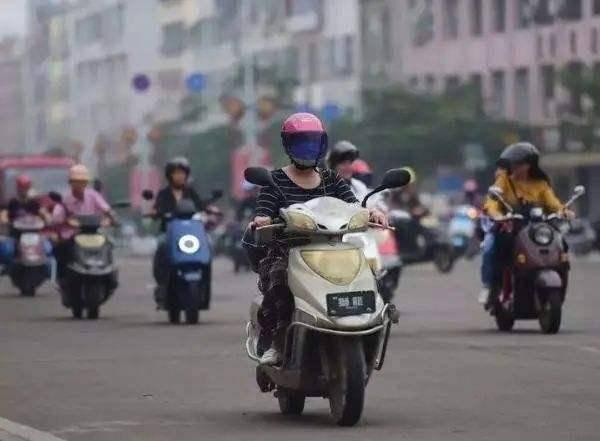 <strong>电动车限速引争议,老黎民:还没自行车</strong>