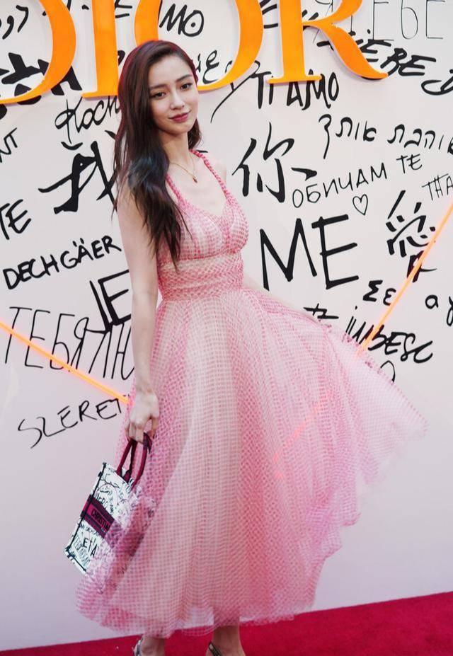 卢靖姗穿了杨颖同款裙,吊带收腰凸显身材,一头短发利落性感!