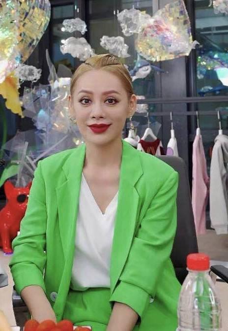 宁静从不服老,染黄发穿绿西装,化浓妆也看得出她40多了!