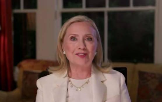 原创72岁希拉里近照曝光,满脸皱纹底妆盖不住,瞪眼发言表情好夸张