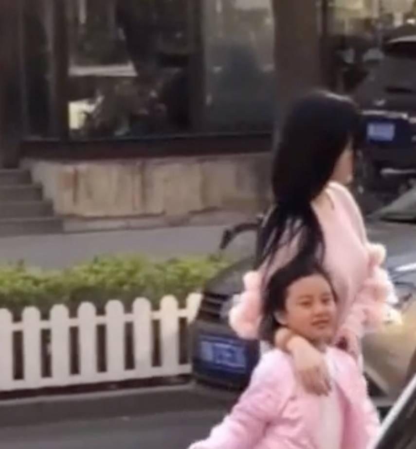 李小璐携甜馨现身母女又穿亲子装粉色