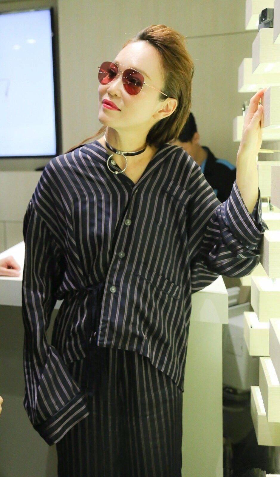 范文芳穿条纹衫似睡衣,僵硬的脸更是尴尬,气质明显下降不少
