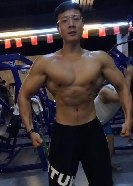 从大学时期就开始健身,6年光阴打造完美身材,肌肉越来越大了!