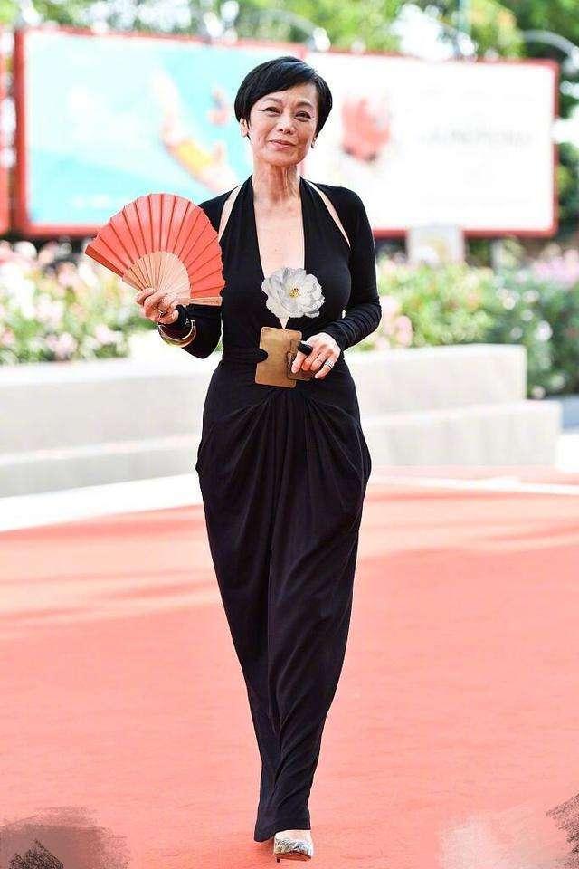 原创             67岁张艾嘉打扮很潮啊,穿牛仔外套搭百褶裙,也是不服老啊!