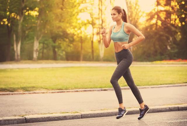 女孩每天跳绳1000个,坚持45天体重增加了,但身材更紧致了