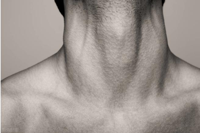 喉结等男性第二性征明显