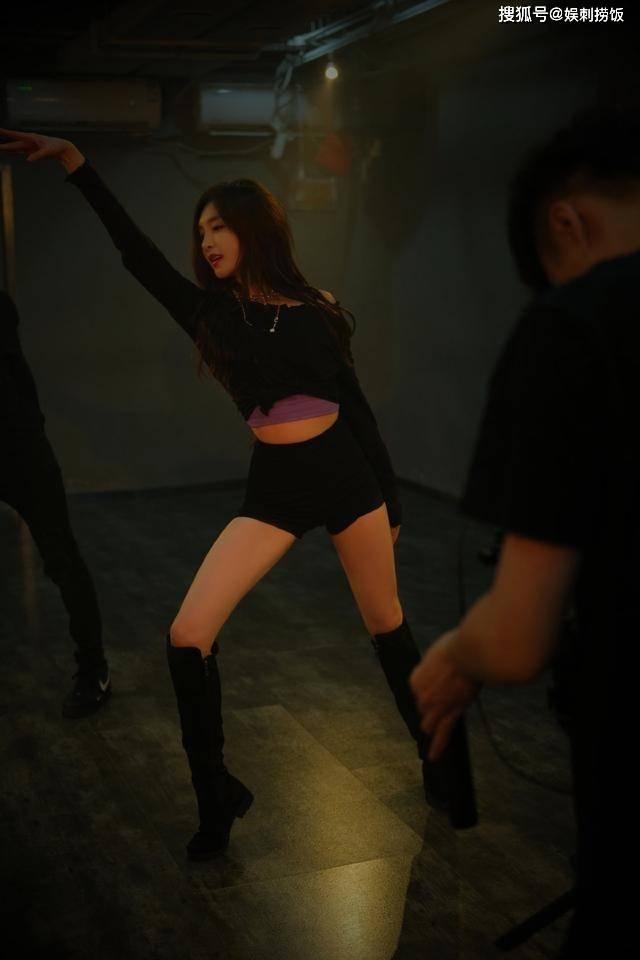 江疏影工作室晒跳舞美照,一身黑色装扮十分魅惑,大长腿超吸睛