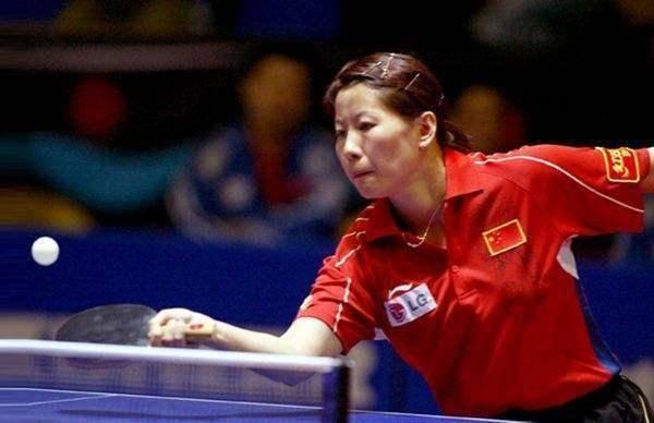 中国的第一位女乒乓球王,现年43岁,位居高位,脸庞年轻。 中国首位女舰长