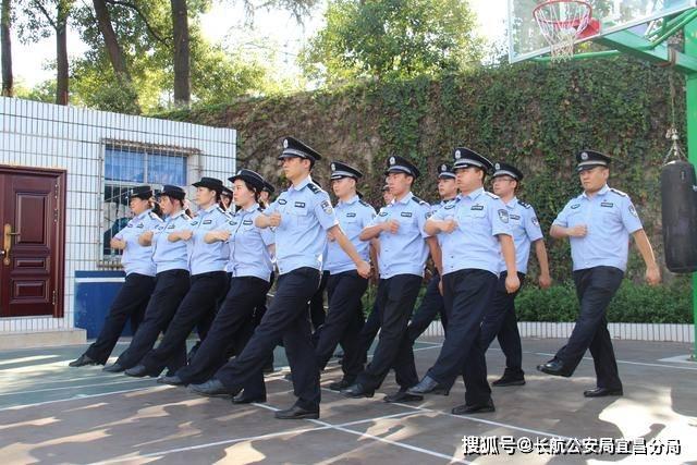 所有参加训练的民警都衣着整齐,精神饱