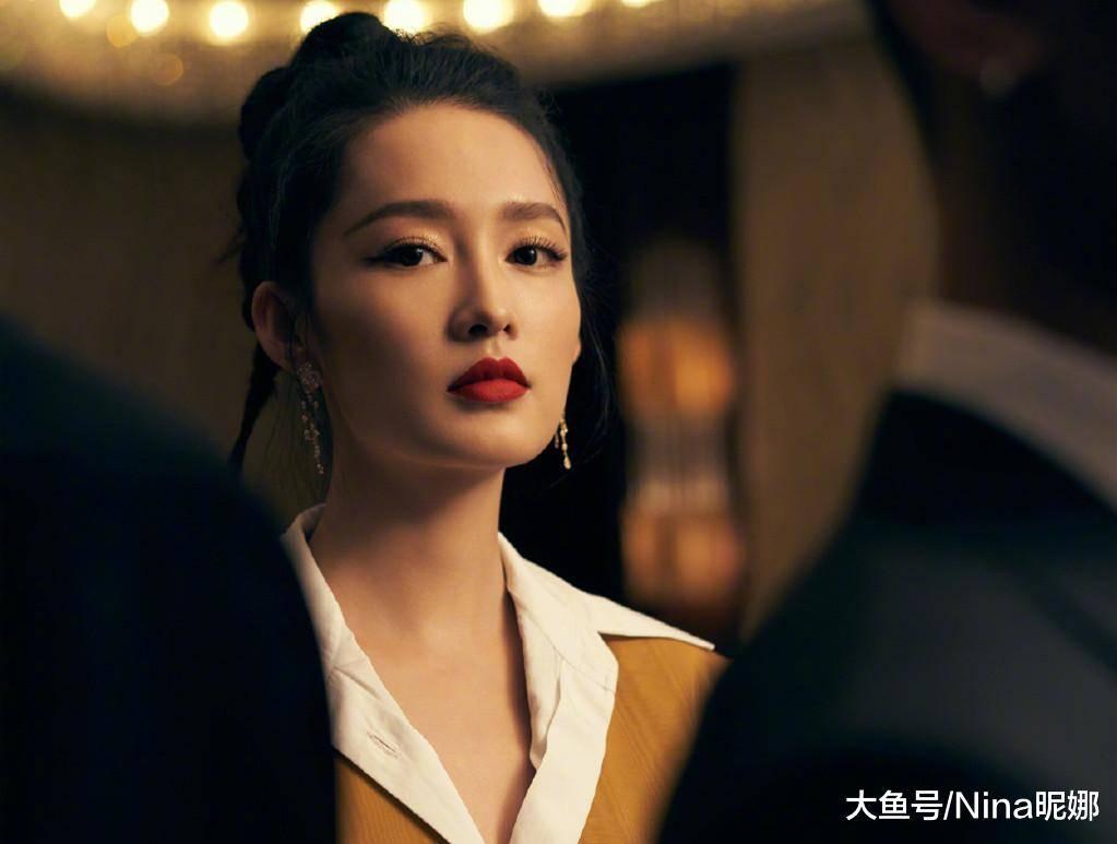 28岁李沁难得赶时髦,高扎丸子头太少女,穿衬衫五分裤更有明星范