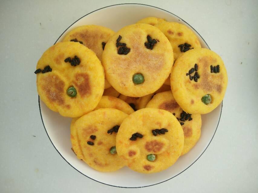 一个胡萝卜 两个鸡蛋黄 做创意饼干 外孙说:太好吃了