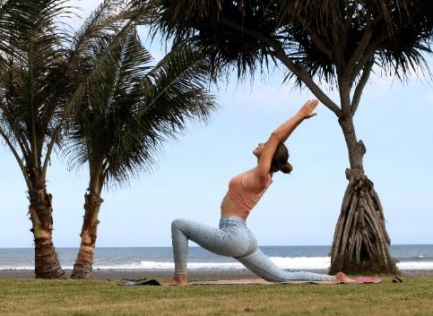 想要练出纤细美腿吗?7个瑜伽体式坚持做,一个月圆了你的梦