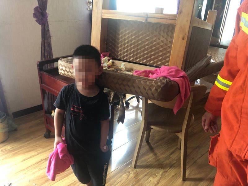 湖北鄂州:一名5岁的男孩为了好玩被卡在