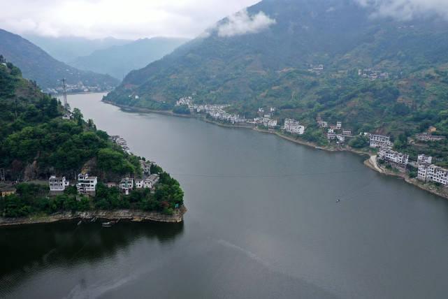 聚力体育频道直播:如果有一种美叫千岛湖的美,千岛湖上游风景秀丽吸引游人。 黄山到千岛湖风景区