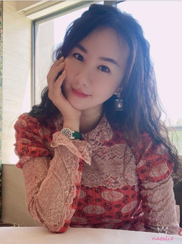 37岁晶女郎孟瑶仳离!靠火辣身体出道,与富豪前夫婚12年育有一子(图2)