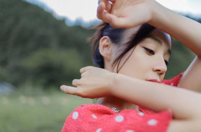 袁姗姗野外写真美感十足,大长腿深V草莓味连衣裙侧颜超美似少女