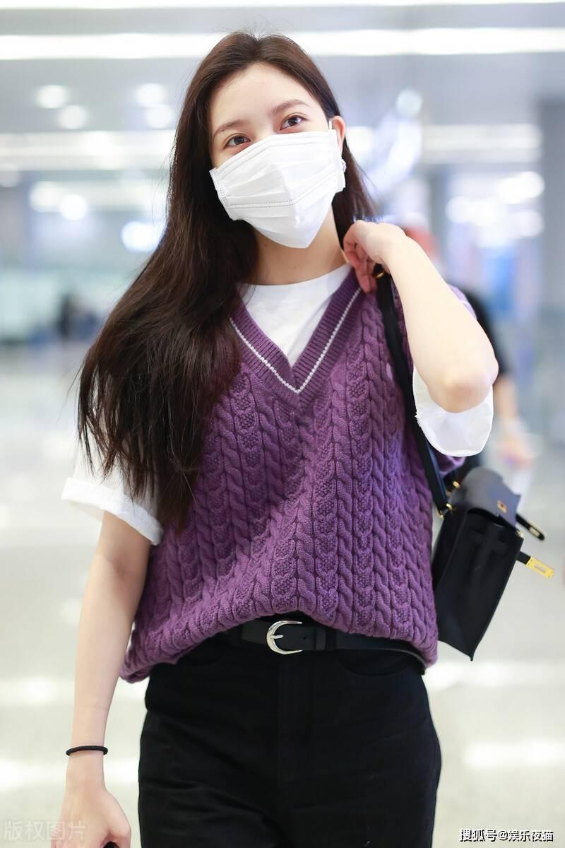 宋妍霏穿白t叠穿紫色针织马甲,满满学院风,不愧是时髦精cc
