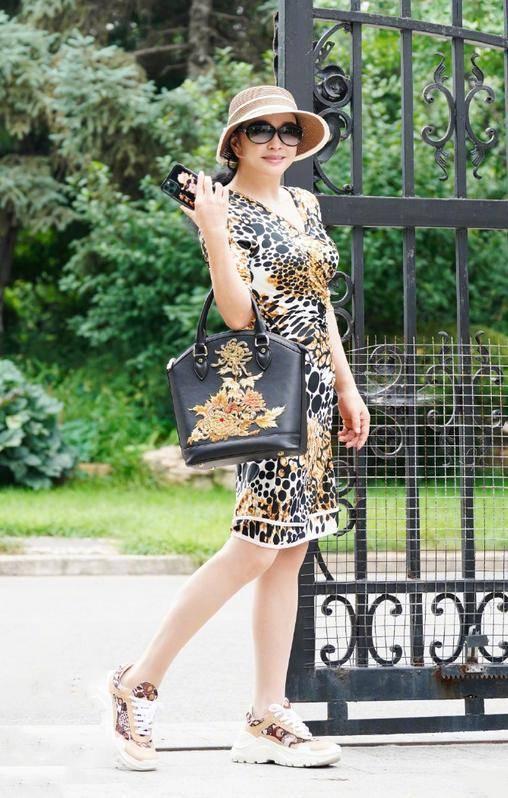 刘晓庆真不一般!穿豹纹裙不俗反而很高级,搭配运动鞋减龄时尚