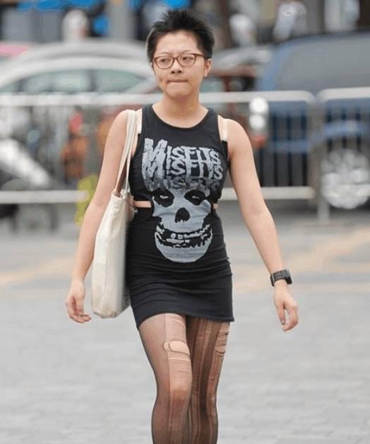 街拍:一位个性十足的短发姐姐,穿着真
