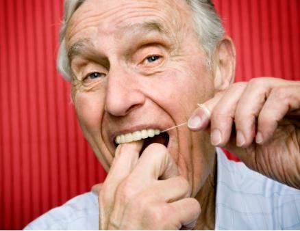 老人牙齿松动要脱落,应该拔还是不拔?看完后,再也不用担心了