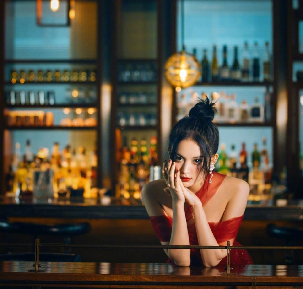 原创             娜扎放大招,穿红色纱裙让人眼前一亮,火辣身材太吸睛
