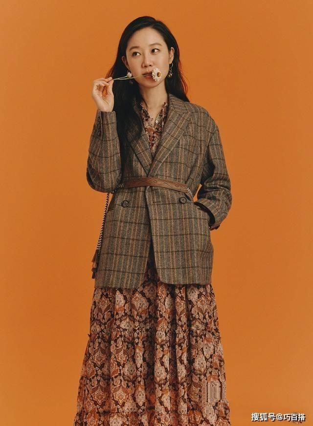 原创             孔孝真带着秋天走来了,碎花裙,针织衫,西装配皮靴,一样没落下