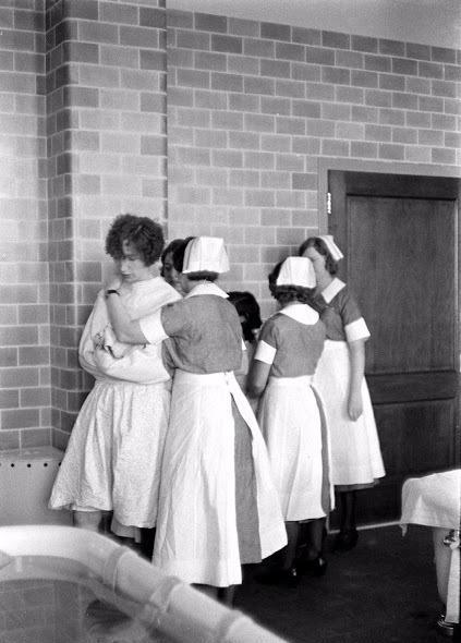 80年前神经病人水疗全历程,有人佩服护士胆子大