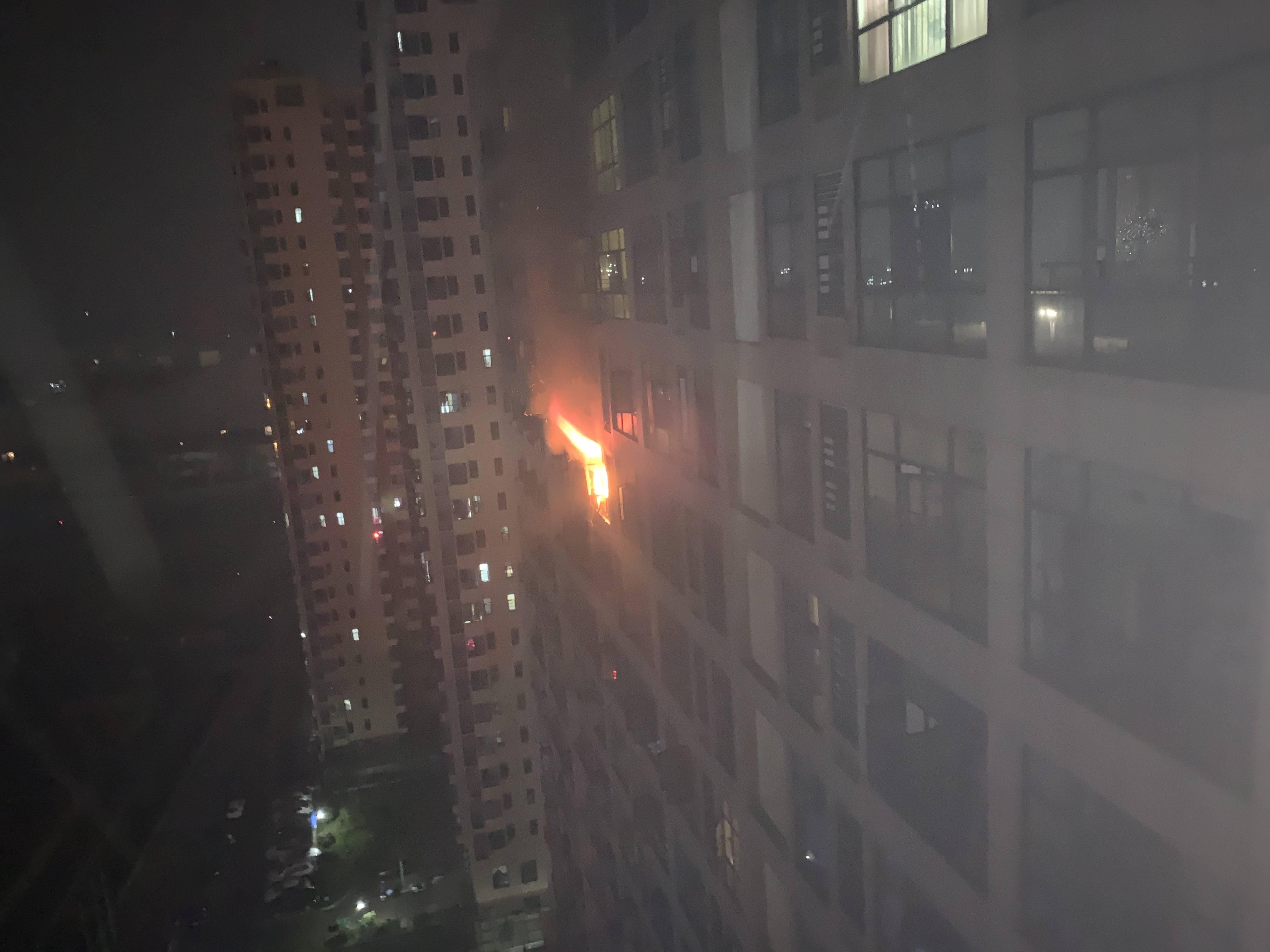 湖北随州:高层公寓深夜突发大火,随州消防成功疏散60余人