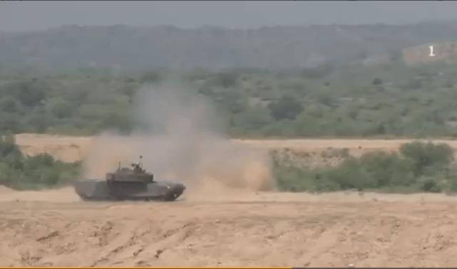 太帅!巴军高调展示VT4坦克,爬坡如履平地,火力凶悍远超印军