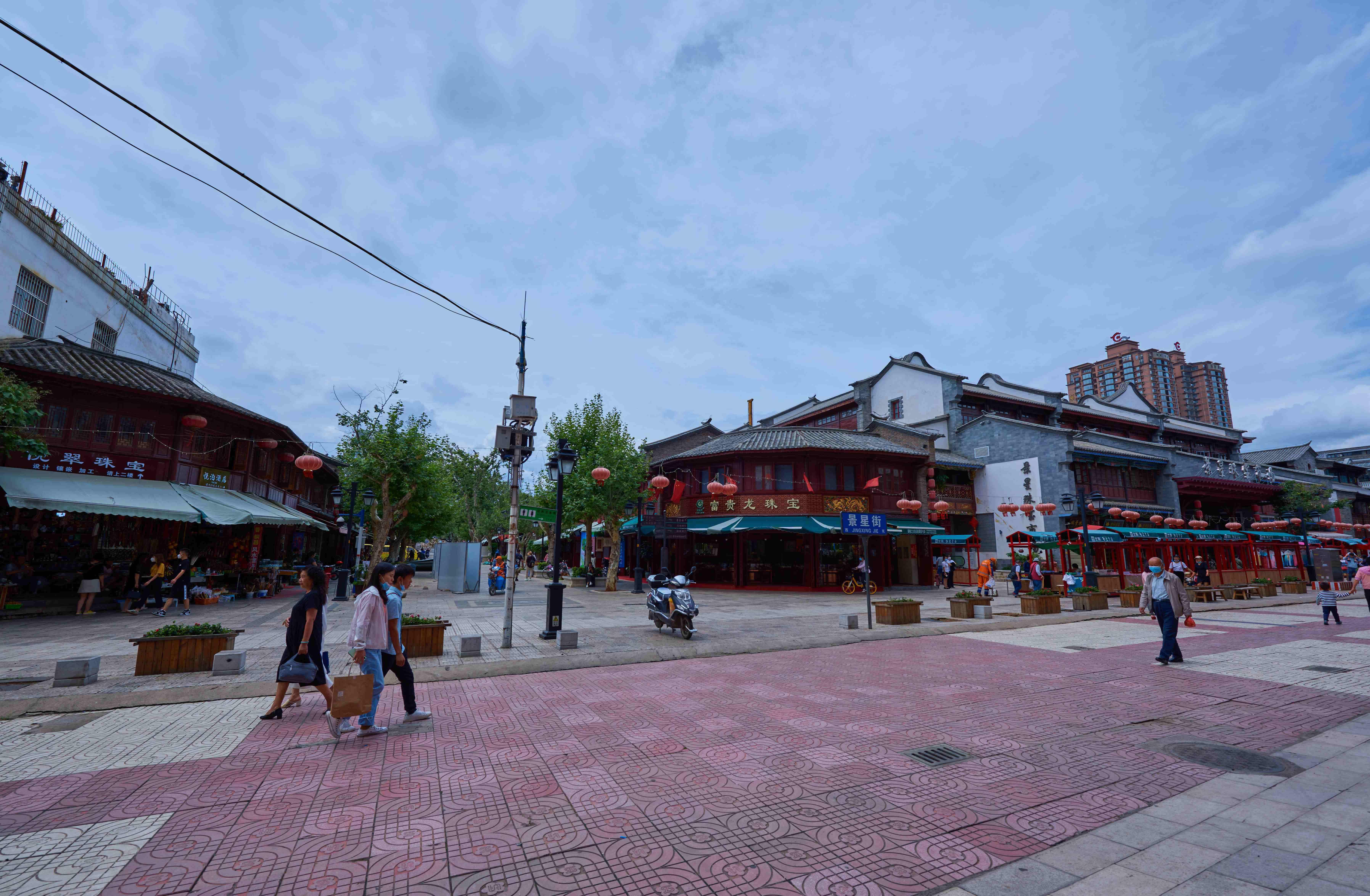 昆明汇聚中国传统珠宝的古老街道,因受两位女性追捧,成云南宝石