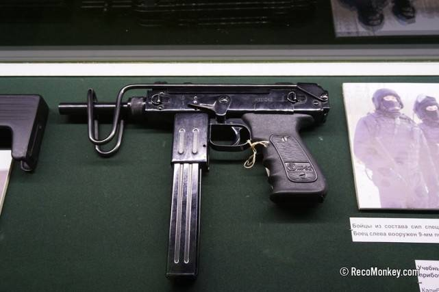 俄黑帮不爱AK,就要亚美尼亚冲锋枪!别看太小,人手两把火力强
