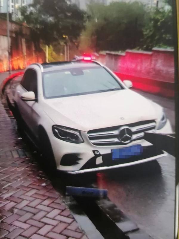 这辆车是在一个雨夜被卡水沟拖车救起的 但它是