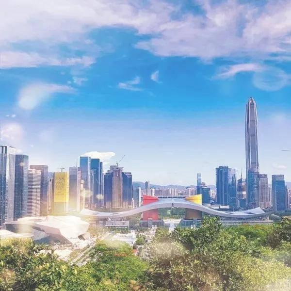 """深圳很文明 到处都有""""红马甲""""志愿服务"""