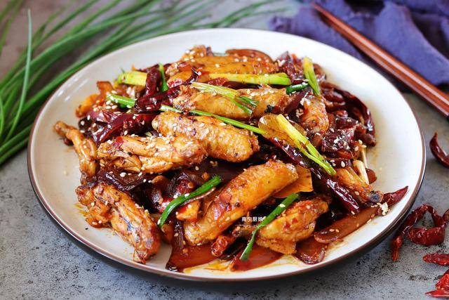 秋天我家必吃的鸡翅做法,搭配洋葱做成干锅,实在是太香太下饭了