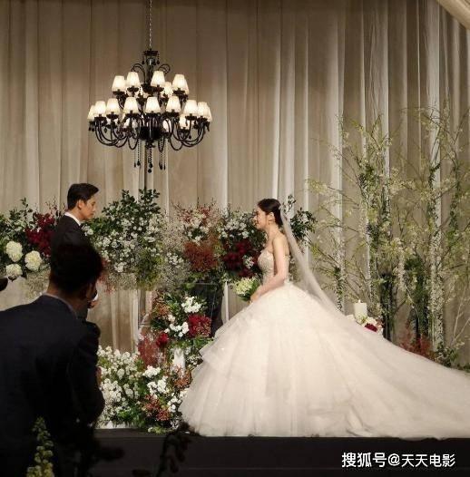 """百万粉丝网红""""误闯""""日本婚礼:钱让你赚了,脸都"""
