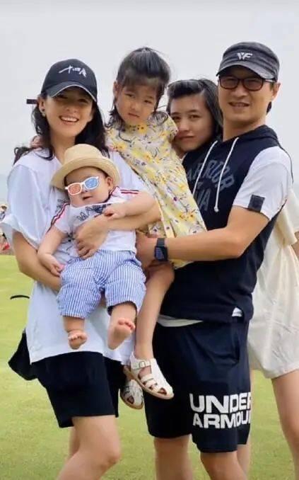 章子怡带女儿探班汪峰,5岁醒醒长开了,愈来愈像姐姐小苹果(图10)