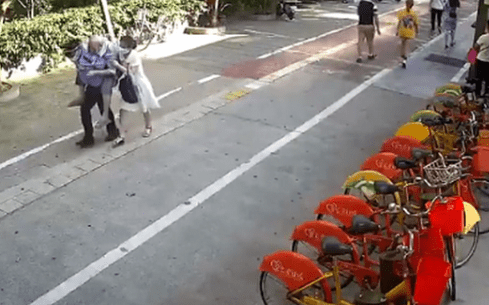 感动!在去医院的路上 堵车辅警把老人冲