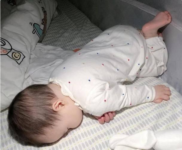"""宝宝的漂亮头型都是""""睡""""出来的,几个小技巧,帮你轻松解锁"""