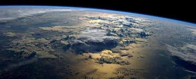 原创             月球或一直都在地球的大气层中,美国阿波罗登月可能并未离开地球