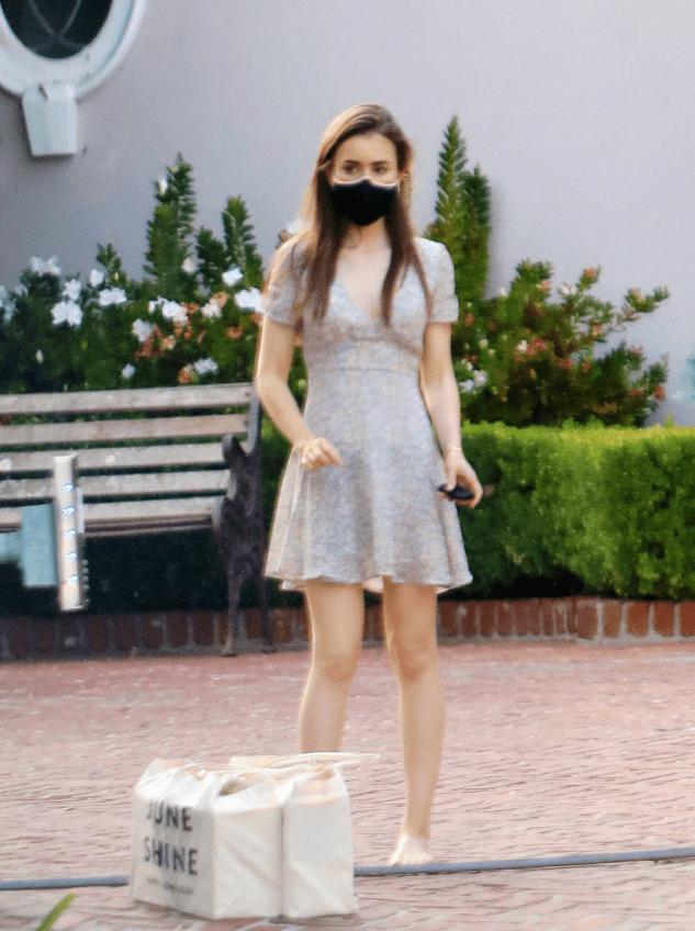 31岁莉莉柯林斯光脚出街,穿碎花裙似小精灵