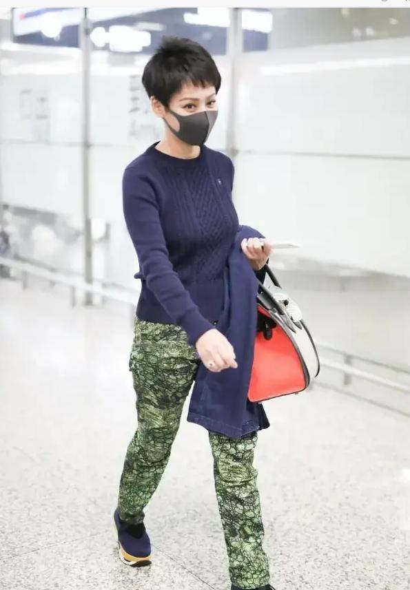 宁静对穿搭有一套,毛衣穿紧身的秀出丰满身材,配绿裤子大胆抢镜