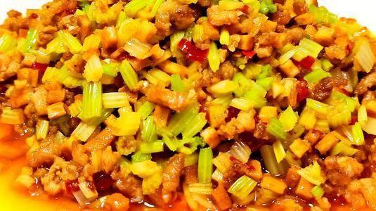 美食家常小炒,小米辣肉末炒芹菜,制作简单,香辣下饭