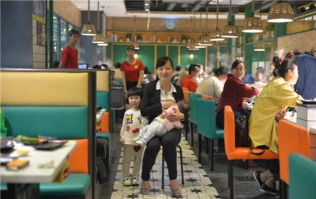 寶媽餐廳喂奶遭女孩指責不文明,引發眾怒︰管你啥事?